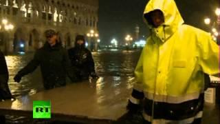Потоп в Венеции (ВИДЕО)(Сезон «высокой воды» в Венеции в этом году наступил раньше, чем предполагалось. В результате город оказался..., 2012-11-01T07:30:16.000Z)