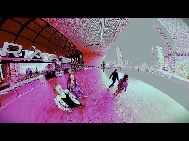 Bekijk het eens door een roze bril - Central station Rotterdam 👀