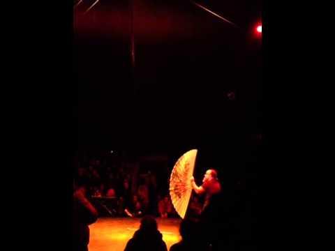 Jongleur comique au cirque électrique