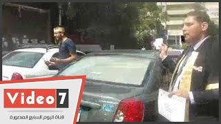 أوائل الخريجين المحتجون يبيعون المناديل ويمسحون زجاج السيارات أمام