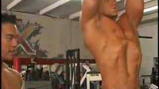 Bodybuilders Tuan Tran and Chris Heitman train