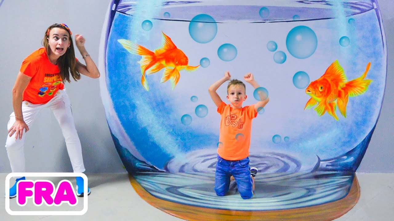 Vlad et maman jouent au musée des enfants de Dubaï