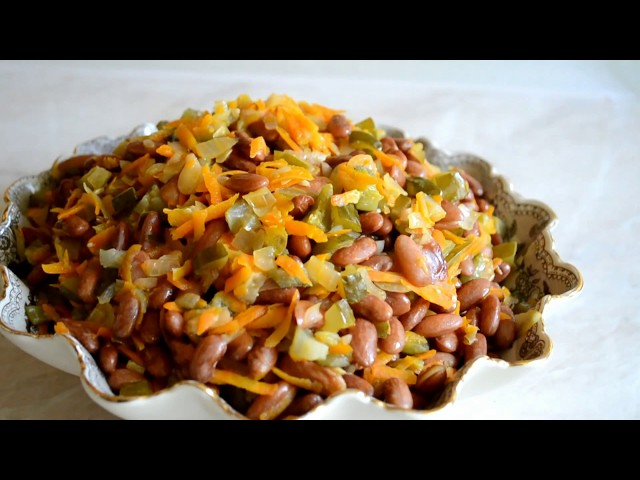 Салат с вареной фасолью — весьма вкусное и популярное блюдо.