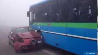 Inferno e feriti nella nebbia. Schianto tra pullman di studenti e auto