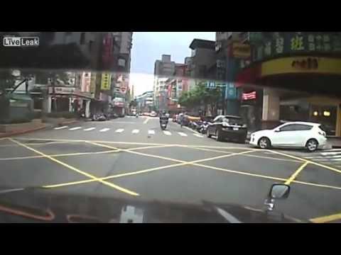 Hai xe máy húc nhau do thiếu quan sát và không làm chủ tốc độ -  mọi người chú ý đi cẩn thận nhé!