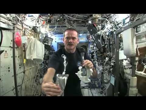 Выжимаем мокрое полотенце в космосе