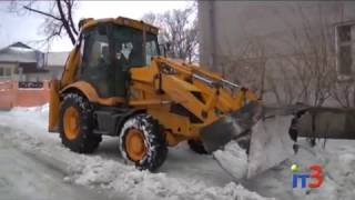 Коммунальщики убирают снег на тротуарах и во вдорах