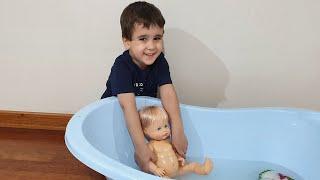 Buğra Bebeğin Altını Değiştirdi Berat Küvette Yıkadı. Eğlenceli Çocuk Videosu