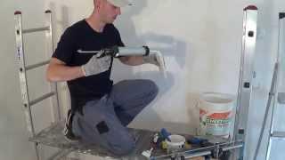 Потолочные плинтуса как клеить(Это видео о том, как профессионально и качественно клеить потолочные плинтуса или как их еще называют-багет..., 2014-08-08T20:14:25.000Z)
