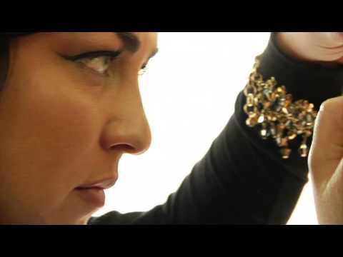 makeup artist working on client wkfwsxewr  D