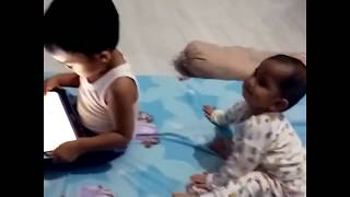 Video LUCU.. !! Balita rebutan GADGET Buat Kamu Ngakak