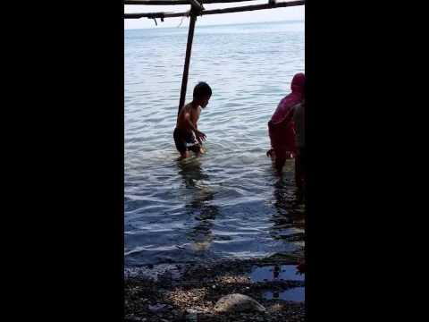 Berenang di Pantai Tumbelaka Palu