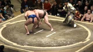 20110109 大相撲初場所初日 白鵬vs鶴竜 結びでしたがあっけなく、白鵬...