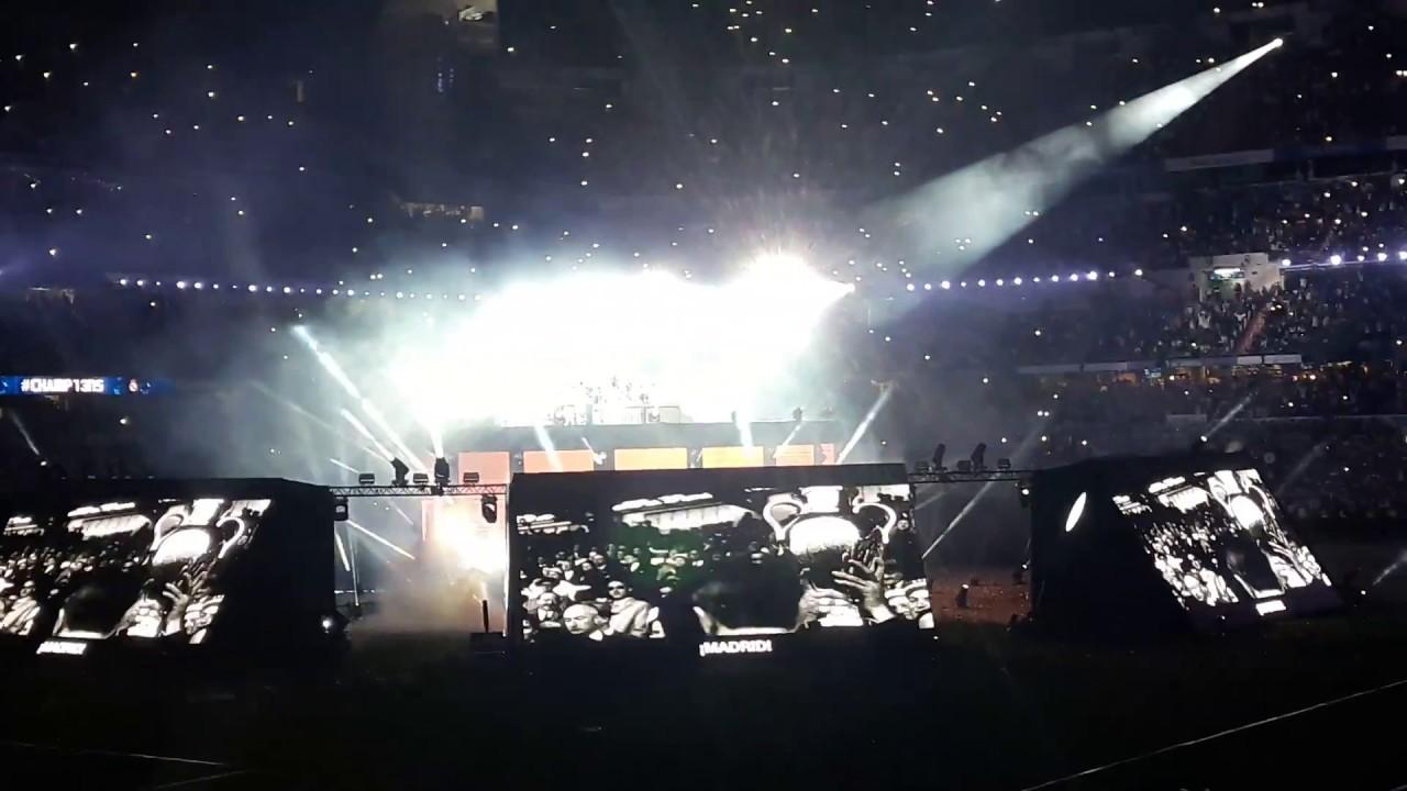 """Celebración de la 13ª en el Bernabéu. Jugadores """"cantan"""" himno."""