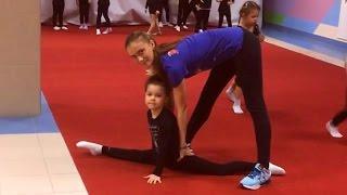 София едет на гимнастику Гимнастика для детей Как сесть на шпагат Растяжка на шпагат