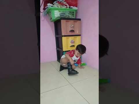 Alisco belajar jalan pake sepatu ortopedi boots semoga cepat sembuh 🙏😇