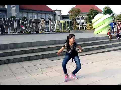 Keren Banget..... Flashmob Tari Bapang Khas Malang Di Depan Kantor Walikota Batu