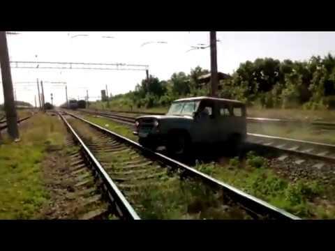 UAZ-em ugrzązł na torach tuż przed pociągiem!