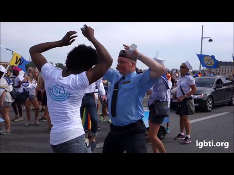 Onur Yürüyüşünde Dans Eden Polis