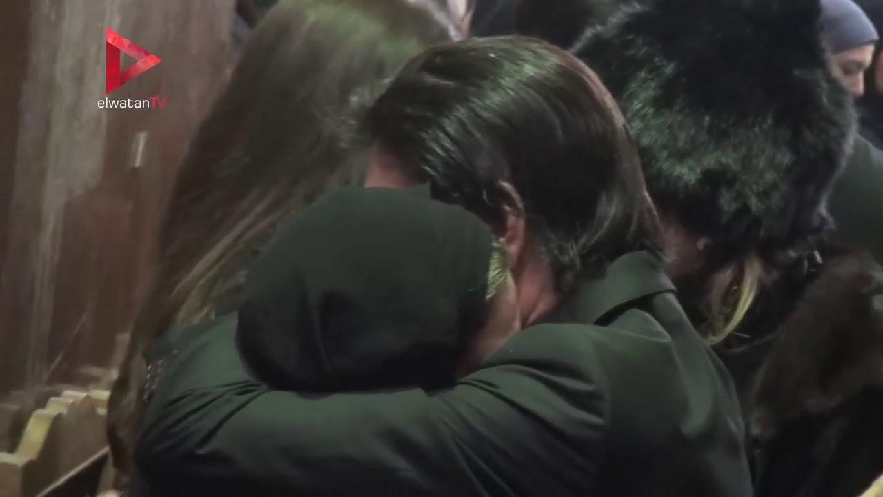 الوطن المصرية:محمد الحلو يحتضن صابرين بعد انهيارها في عزاء والدها