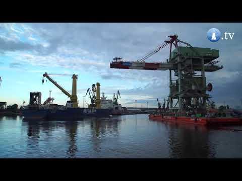 Jumbo's 'Fairmaster' loads Ship unloader in Szczecin, Poland