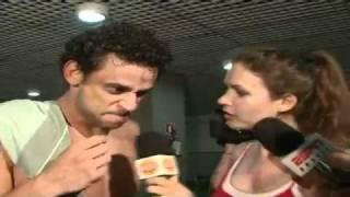 Fred canta repórter e diz que está há 9 meses sem beijar na boca
