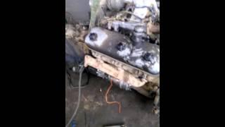 Двигатель работа Дизеля в цехе на полу