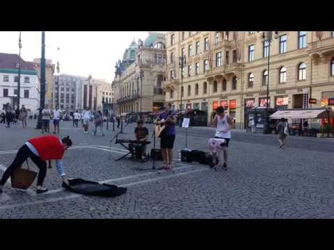 Coldplay - The Scientist (cover by Thom Artway in Prague)