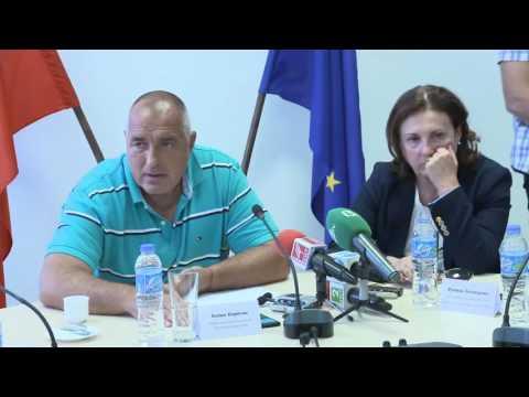 Бойко Борисов: За нас няма значение кой от коя партия е. Всеки от нас е избран да прави така, че хората от неговото населено място – малко, голямо, село, град, да се чувства по-добре. Благодарение на звената за борба с контрабандата могат да се осигурят допълнителни средства, които се дават като субсидии за населените места. В този размирен свят се опитваме да пазим баланса и между Турция, и между ЕС, и между нас най-вече. Всички сме български граждани и трябва да се държим заедно, защото никой не може да ни помогне, ако не си помогнем заедно. Етническата толерантност, която има в България, е пример и в Европа. В страната ни има населени места, в които от много години не са инвестирани средства, но сега целево от бюджета се осигуряват. Старая се да изпълнявам всички поети ангажименти по отношение на изграждането на различни обекти и реализацията на инфраструктурни проекти и отново призовавам кметовете да бъдат внимателни при провеждането на процедурите по обществени поръчки.