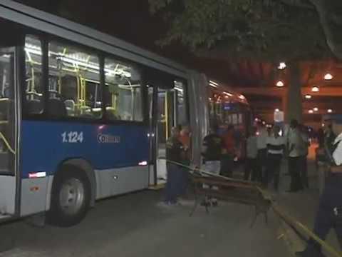 Passageiro reage à assalto em BRT, mata bandido e fere outro. [SOS Perna