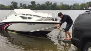 Поднимаем катер на прицеп с воды