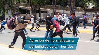 El saldo de la agresión fue de al menos cuatro comunicadores heridos, así como equipos y cámaras destruidos por los normalistas, quienes portaban bombas molotov, barretas y palos