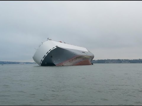 """Rare Footage Southampton's Capsized Ship: Hoegh Osaka meets Queen Elizabeth and is very naughty..."""