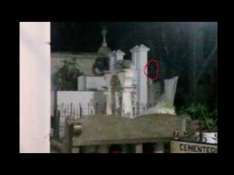 НЕЧТО СТРАННОЕ ЗАСНЯЛИ НА КЛАДБИЩЕ. привидение снятое на камеру,шок!!!