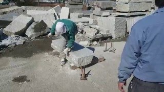 コヤスケで石を荒に落としてからノミ切り加工