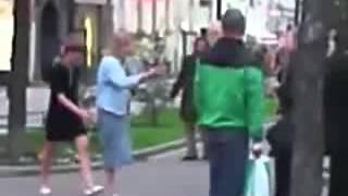 Пьяные девки дерутся с пенсионерами.