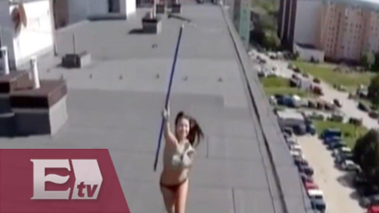 Un Dron Sorprende A Una Chica Desnuda Tomando El Sol En La Azotea