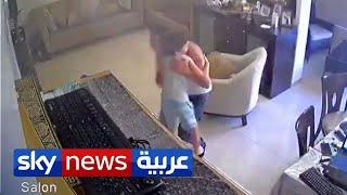 أب لبناني يحتضن ابنه داخل بيته لحظة وقوع انفجار مرفأ بيروت