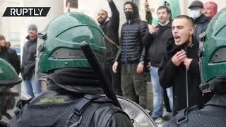 연기 폭탄 배치   수백 명의 이탈리아 인이 COVID 조치에 분노를 표출합니다.