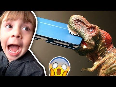 DINOSSAURO TIRA O TABLET DO MARCOS!! Compras para a Viagem do Brasil e Dinossauro de Brinquedo