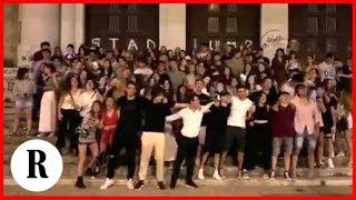 Maturità, i liceali di Bari cantano in coro 'Notte prima degli esami'
