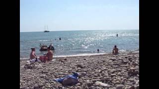 Сочи Хоста бесплатный городской пляж  на черном море. Россия(Это видео можно смотреть в HD Хостинский пляж на черном море. Сочи район Хоста, городской бесплатный пляж...., 2015-07-10T15:52:56.000Z)
