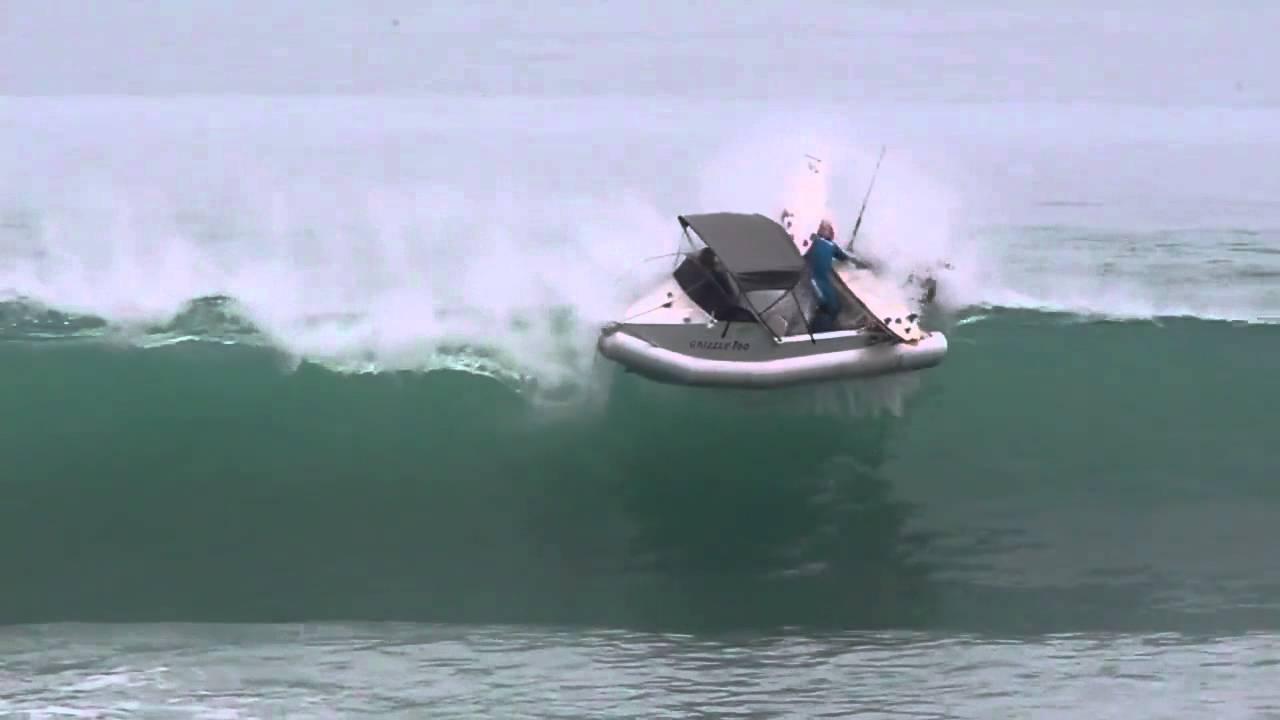 Un surfeur sur son bateau surpris par une vague puissante for Dans un petit bateau