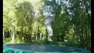 Trampoliini hyppelyä