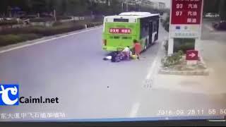 """Tác hại của việc """"hôn"""" xe Buýt"""