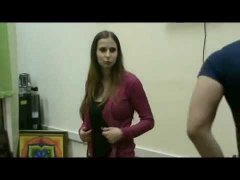 Девушка раздевается под гипнозом.