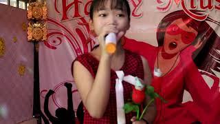 Bé Hà Vi được tặng tiền triệu khi hát ca khúc này - Thiệp Hồng Anh Viết Tên Em