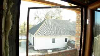 видео Москитные двери на магнитах: распашная и роллетная сетка на балконную дверцу