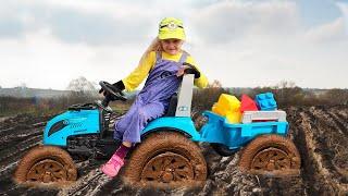 Малыш на синем тракторе поймал воришку