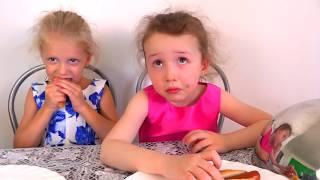 МАРМЕЛАД против ОБЫЧНАЯ ЕДА Сгоревший Бургер играем в ресторан реакция детей на еду Gummy vs food